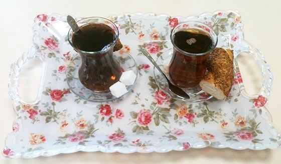 2 Teegläser auf einem Tablett